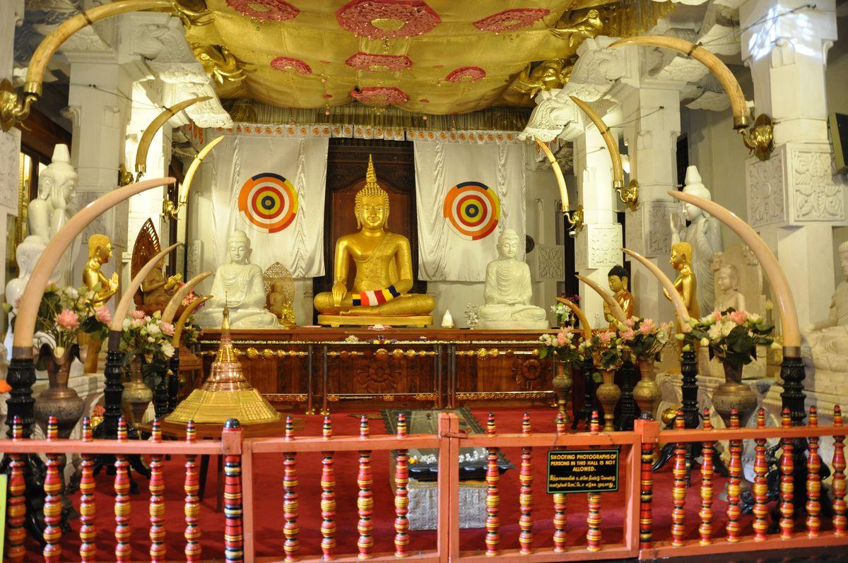 معبد دندان مقدس بودا در کندی سریلانکا